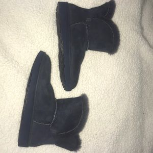 Navy blue short Uggs US size 8 - gently used!